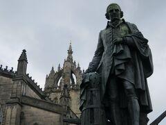 スコットランドが誇る偉人の一人アダム・スミスの像。