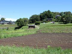 10時 井戸尻史跡公園 左上に見える建物は、昨日行った井戸尻考古館の隣にあった歴史民俗資料館。