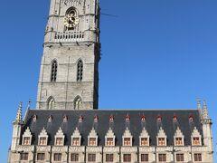 """【鐘楼と繊維ホール】""""Belfort ent Lakenhalle""""  13世紀末にギルドによって建てられた『鐘楼』は高さ91m、 ゲントの街のシンボル的存在です。  東側に隣接する『繊維ホール』は、1425年建造で 毛織物商人たちの会議場や取引所として使用されました。 華麗なゴシック様式の建物が、当時のゲントの繁栄ぶりを うかがわせます。"""
