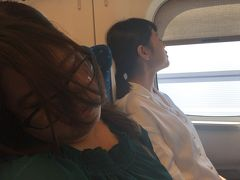 東京駅発のこだまに時間ギリギリで乗車。 安心と同時に朝が早すぎて爆睡。 わたしはひとり先週に購入したばかりのGoProをポチポチ。  ……うーん。よくわからん。 東京熱海間は1時間も経たずに到着してしまうので、 寝足りないふたりの横でるんるん♪♪ こういう時だけ、朝がつよい。