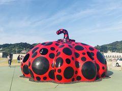 宮浦港では赤かぼちゃがお出迎え、