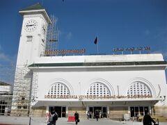 カサボヤージュ駅 人口400万人、モロッコ最大の都市の駅の割には小さめ。 早速タクシーの客引きが押し寄せてくるが、ホテルは駅横のイビス・カサ・ボヤージュなので「そこのホテルだ」と掻き分ける。