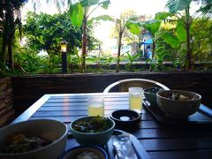 おはようございます。 今日は一日海で過ごす予定。 まずは朝食ですね! こうしてみるとリゾート感あるテラス席ですが、植木の向こうは県道です。