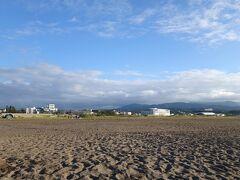 「柏崎中央海水浴場」  すぐそこ学校、すぐそこ住宅。 駅から1km、徒歩15分でこの世界。  新潟ってスゴい。