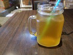 駅近くのカフェがオープンしたので、 すかさず中へ♪  目当てのお茶を堪能。  本当は、ホットを飲みたかったのですが、 非常に暑かったので断念。  ですが、店員さんが一押ししてくれたお茶で一休み。  やっぱり台湾のお茶は美味しいです!!