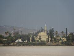 ソルト湖沿いのハラ・スルタン寺院(イスラム教で4番めに重要な地位のモスク)
