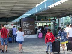 ラルナカ国際空港に着き、ベラヴィア航空でベラルーシ(ミンスク)に向います。