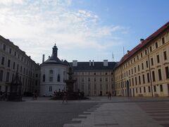 朝一でプラハ城へ。 まだ観光客もあまりいません。