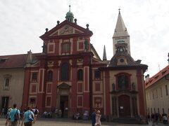 続いて、聖イジー教会 プラハ城最古のロマネスク建築です。  そうそう、プラハ城はこの辺一帯をさす言葉です。 プラハ城というお城があるわけではありません。