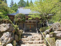 次に向ったのは、石道寺。 紅葉で名高い鶏足寺の近くにあり、木々に囲まれたいかにも湖北らしい風景の中にひっそりとお寺が現れます。 726年創建後興廃を繰返し、他寺の仏様も集められたため多くの仏像が保管されています。本尊の十一面観音、鎌倉時代の作と言われる持国天と多聞天の3体が重要文化財に指定されています。