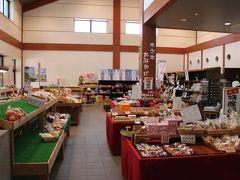 JR木之本駅の1階にある「ふれあいステーションおかん」。 地元の農産品、特産品、お土産などのほか日用品や食料品も置いてあり、スーパーを兼ねた道の駅のようでした。