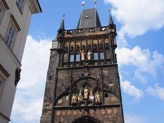 旧市街地側の橋塔にのぼってみました。 入り口が分かりにくいので気を付けて。 この写真の橋塔のアーチの左です。 小さな入り口があり、階段を上ると受け付けがあります。100コルナ。