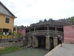 朝食後、プール用に旧市街までベトナムコーヒーを買いに行きました。途中で撮影した来遠橋。暑いので人もまばらです。
