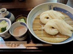 秋田駅前にある西武秋田店の地下にある佐藤養助秋田店で昼食を食べました 名物の稲庭うどんですがそうめんみたいにつけ麵として食べます(温もあります)