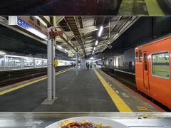 日が暮れた頃に終点の三次の駅に到着。接続の広島行きが既に向かいホームに待機していたので急いで乗り込む。    広島に着いたら、とりあえず駅ビル内で広島風お好み焼きを頂きましたよ。イカ天そば入りで800円だったかしら。  ( ´-ω-) 広島で「広島焼き」なんて言ったら激怒されるって本当なのかしら。試してみたかったな。  ~ 続く ~