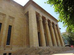 ベイルート国立博物館(見ごたえのある博物館です。) 歴史は1919年、フランス人のレイモンド・ウェイルによって、少しづつ展示が開始され、1923年資金を集め始め、1930年~1937年にかけて建設されました。1975年~1991年の内戦時はモザイクをコンクリートでカバーしたり、銅像は周囲をコンクリートで固めたりして、地下で保管しました。その時の映画が1回/h (開始時間は毎時です。)入口の右の部屋で見られます。 ①(先史時代~BC3200) ②(青銅器時代BC3200~1200) ③(鉄器時代BC1200~333)(Ⅲ期に分かれます。) ④(ヘレニズム時代BC333~64) ⑤(ローマ時代BC64~AD395) ⑥(ビザンチン時代AD395~636) ⑦(アラブ~Mamluk635~1516)というように時代別に分かれて展示されています。 1Fには、大きく、又、有名な展示物があり、それは年代別ではありません。 2Fは①~⑦の年代別に展示されています。 地下にも大きな展示物がありますが、年代別ではありません。