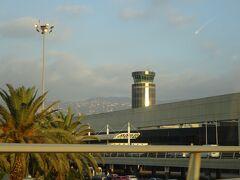 ベイルートの国際空港 (まず、余ったポンドをドルに再両替し、航空会社のチェックインの前に預け荷物と手荷物のXp検査を受けるため、超混雑して時間がかかりました。)
