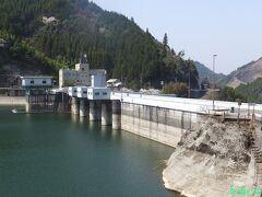 【松原ダム】 重力式コンクリートダム。駐車場有。