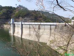 【下筌ダム】 アーチ式コンクリートダム。「蜂の巣城紛争」の舞台、駐車場有。 この後、熊本へ向かいます。
