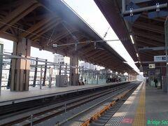 【熊本駅】 安藤忠雄氏設計の木造ホーム上屋。曲線引金具をワーヤーで吊るだけというのは初めて見ました。