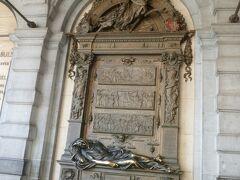 グランプラスの一角にあるセルクラースの像。 英雄像で触れると幸運が訪れるということで、金色に光っていました。