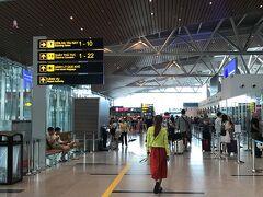 朝早くチェックアウトし、タクシーで空港へ。 8時には到着しました。  イミグレが大行列… 一人一人、すごく時間かけてる…  行列に並び、ちょっとイライラしてきた頃、 キャセイからメール。  9:50発→10:30発になるよーだって。 香港でラウンジ寄る時間なくなっちゃう涙