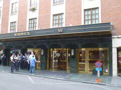 ホテルは駅のすぐ近くのワーウィックホテル。 ご覧の通りNATOサミットのために警官が厳重警戒。 ホテルには日本の代表団も宿泊しているようでした。