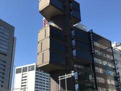 丹下健三の設計による、メタボリズムの思想を取り入れた建物として知られる。  線路沿いにこのようなビルがあるとは知らなかった。 何回も通り過ぎているはずなのに。