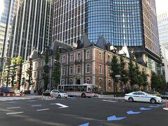 <歴史的建造物5> 三菱一号館  日本初のオフィスビルで、煉瓦造の建物内に会社や銀行が入居していた。1968年(昭和43年)に三菱地所が解体したが、2009年(平成21年)にやや異なる位置に同社により復元された。  現在の「三菱一号館」は、1894年に建てられた「第1号館」に似せてレプリカ再建された煉瓦造の建築物である。