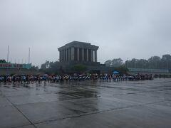 最初の観光地は、小雨のホーチミン廟。外観だけさらっと。中に入るためには行列にかなり並ばないといけないようです。
