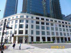 東京中央郵便局の時計が示すように、時刻は午前8時30分です。祝日とあって、人影はまばらです。