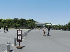 東京駅からはとバスに乗り、数分で皇居外苑に到着です。