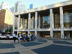 夕方、夏に無料で開催されているLincoln Center Out of Doorsのコンサートを 見るため、Lincoln Centerの近くの Damrosch Parkに向かいました。 この日の出し物はDance Theatre of Harlem ALA.NI で人気がありそうです。
