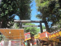 氷川神社です。 神社のお祭りではないようですが、神社のお祭り並みの出店が出ています。