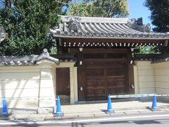 その先の突き当りには地名の由来となった「高円寺」 その昔将軍徳川家光が鷹狩の際に立ち寄り、気に行ってたびたび訪れたお寺だそうです。門は閉ざされています。
