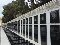 殉教者の小道。 ソ連が攻めてきて祖国のために殉教された方たちのお墓。 カスピ海を望む丘へ続く道にずらりと並んでいました。 墓石には写真のように顔が彫られていました。
