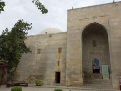シルバン・シャフ・ハーン宮殿。 飾り気のない入口から入ると、中は博物館になっています。