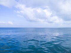 海とプールの境目がわからない、コバルトブルーのインフィニティプールです。感激。