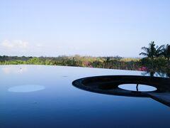 【バリ島3日目】  少し肌寒い朝です。 朝早く起きたので、いつもは賑やかなエントランスもしんと静まり返っています。