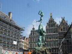 聖堂の裏手に回ると工事中の市庁舎の前に銅像が。 アントワープの語源になったブラボーの噴水です。