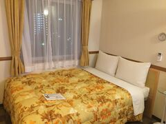 部屋はいつもの東横インだなという感じ。 でもベッドはビジネスホテルとしては広い方で有り難いです。