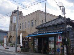 旧町役場は梅津会館として、資料館として公開されています。  戦前の役所建築らしく、立派な車寄せに塔をいただいています。