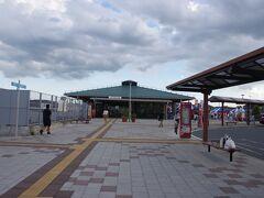 丘を下りたところにある常陸太田駅に到達。いやー暑くて大汗かきました。  うっかり水戸から東京への特急券をチケットレスではなく、えきねっと発券にしてしまったので、窓口で発券しなくてはなりません。(ひたち太田駅には自動機も近郊用切符発売機能しかなし)  しかし駅に10分以上前に着いたのに、前の客の注文を処理している窓口氏の要領が悪すぎ、単純な切符の発券になんでそんなに手間取るのかと思うほど。 JRの職員が何線がどこ走っているのか知らないのはまずいでしょう。  しかもその客は次の列車に乗るわけでもないのに、次の列車に乗らなきゃいけない客を先にやるとか頭が回らないのか、発車ベルが鳴ってしまうまで待たされます。しびれを切らし、とりあえずホームへ。入場証明の紙だけもらって列車に駆け込みます。  結果的に水戸駅で発券出来ましたが、JRの社員は頭悪すぎと言わざるを得ません。