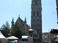 川から離れ、旧市街をぶらぶら。 鐘楼と繊維ホール。700年前の建物です。