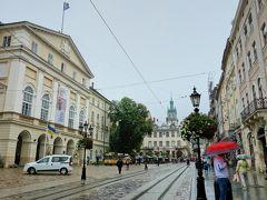 ルィノク広場へ戻ってきました。 雨宿り場所として入る予定にしていなかった市庁舎へ入ってみる事に。