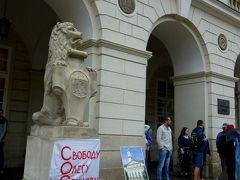 市庁舎の入口にはリヴィウの街由来のライオンと 手に持っているのはこれまたライオン入りのリヴィウの市章。