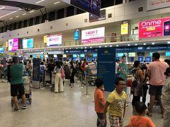 国内線ターミナルになりますが、この時間でもお客さん多いですね。 さっさとチェックインしちゃいましょう。