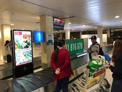 ベトナム航空同士の国内線から国際線への乗り換えなのに搭乗券も一緒に出なければ、荷物もここでピックアップして再度国際線のチェックイン時に預けると言う…。