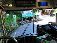 ・大赤沢バス停~前倉入口バス停間  まもなく「へいけ茶屋」を通過します。 この付近にはバス停はありませんが、和山温泉バス停~太田新田バス停間は「フリー乗降区間」なので事前(乗車時)に運転士に伝えておくか、降車用押しボタンを押し「●●で降ります」と伝えれば停車します。乗車時は手を挙げればバスは停まります。運賃は、降車時は一つ先のバス停(前倉入口バス停)、乗車時は一つ手前のバス停(大赤沢バス停)からの計算となります。  ■へいけ茶屋  https://tabelog.com/niigata/A1504/A150403/15001261/