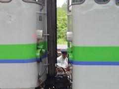 大沼駅で列車の切り離し、定時に出発